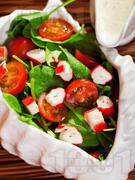Салата с бейби спанак, рукола, чери домати и рулца от раци с дресинг от майонеза - снимка на рецептата